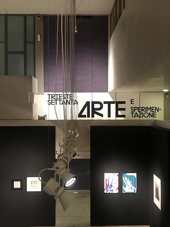 L'entrata alla Sala Carlo Scarpa, Museo Revoltella, Trieste. In basso parte della sezione dedicata alla grafica.